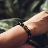 Cadeau Invités : un bracelet en pierre de lave personnalisé
