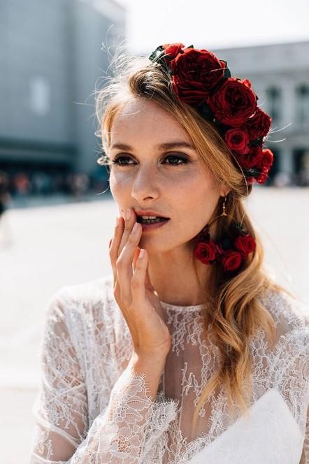 coiffure avec rose rouge