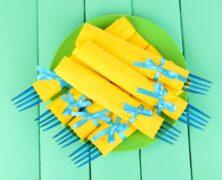 Des serviettes en papier en guise de décorations de tables de mariage